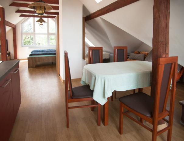 Tisch mit Stühlen in der Dachgeschosswohung