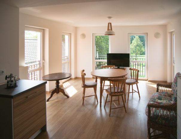 Tisch im Raum mit hellen Fenstern