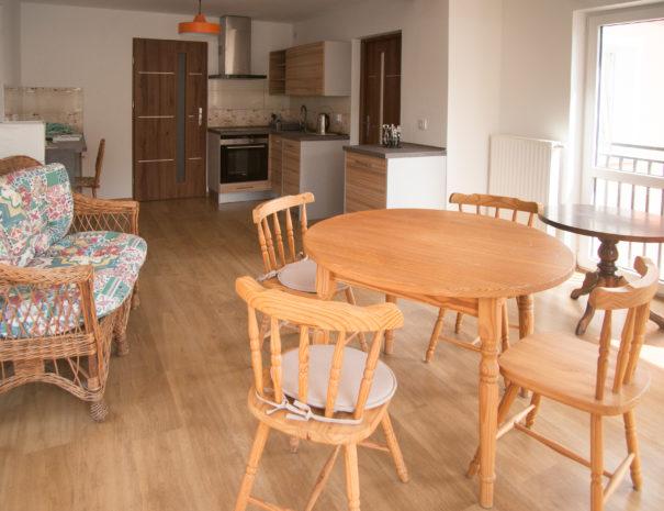 Küche mit Tisch und Küchenzeile