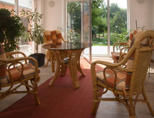 Tisch und Stühle im Wintergarten